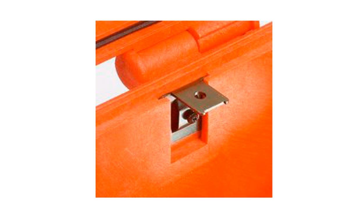 kit-supp-explo kit 6 unidades soporte metalico interior maleta. el kit incluye 6 piezas. todos los modelos (excepto para el 1908) están equipados internamente con ranuras específicas para aplicar soportes de metal o plástico. estos constituyen los puntos de fijación para paneles o una junta mecánica fija para construir aplicaciones más completas. de esta forma las maletas se convierten en una estación de trabajo real, en lugar de un contenedor de transporte. dado que los soportes de montaje del panel se fijan mecánicamente mediante tornillos, se pueden quitar cuando sea necesario. los tornillos dedicados permiten que la maleta permanezca a prueba de agua y ayude a los paneles a ser removidos fácilmente y rápidamente.