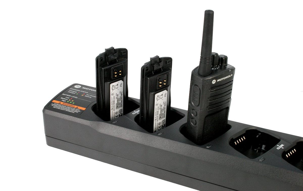 Cargador múltiple Motorola que permite cargar hasta 6 baterías a la vez para los walkie-talkies Motorola XT420 y XT460