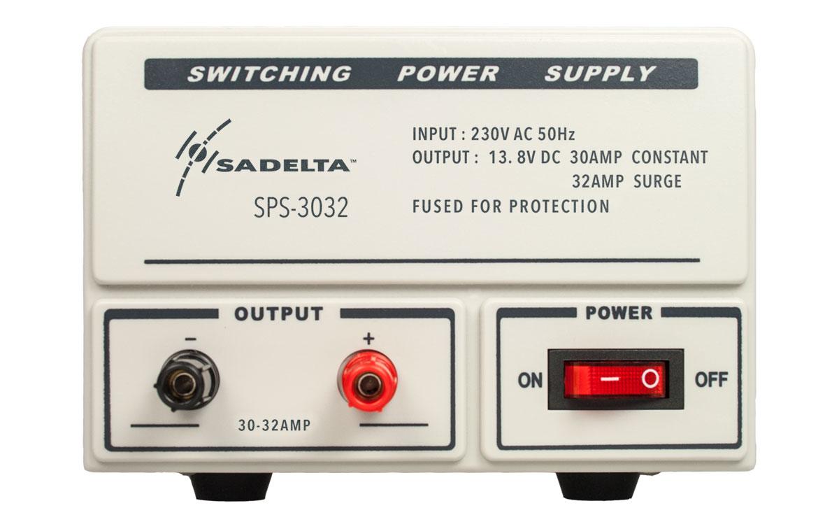 fuente de alimentación conmutada con entrada a 220 voltios y salida a 13.8 voltios. 30 amperios continuos y 32 de pico. su tamaño de 250 x 155 x 115 mm la hacen ideal para colocar en cualquier hueco de una forma fácil y sin complicaciones.