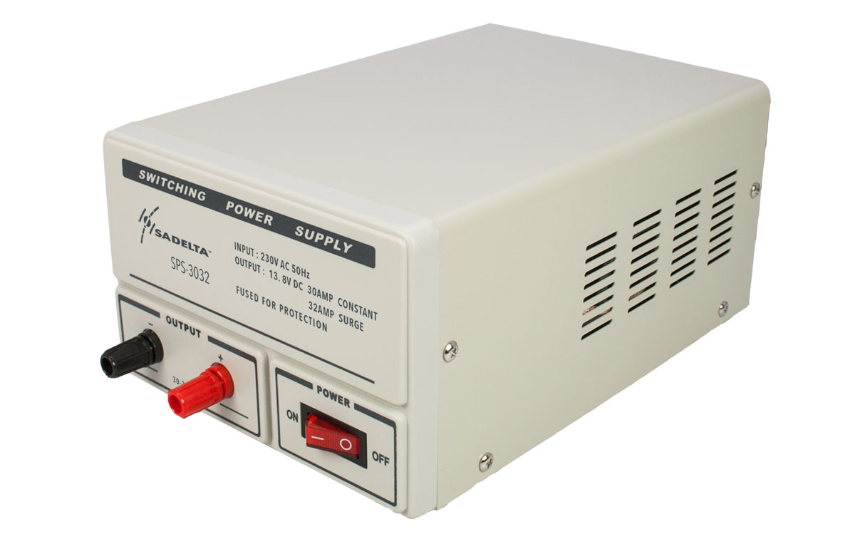 fuente de alimentación conmutada con entrada a 220 voltios y salida a 13.8 voltios. 30 amperios continuos y 32 de pico. su tamaño de 250 x 155 x 115