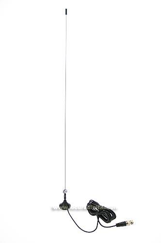 Esta antena de reducidas dimensiones, incorpora un potente iman, el cual permite su rápida colocación sobre un chasis metálico. Su ganancia es de 2,15 dB y la potencia máxima es de 50 watios, ideal para walkie talkie. Conector BNC.