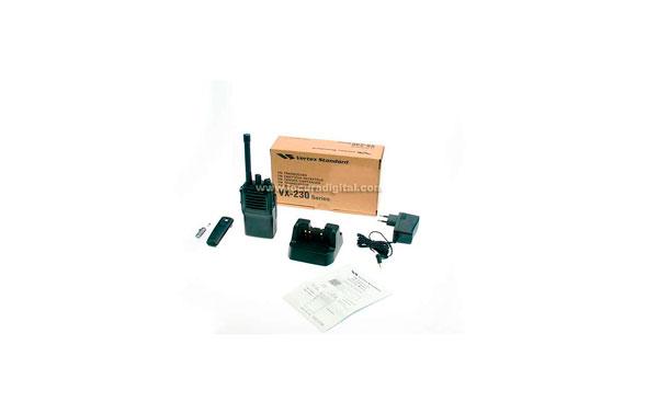 VERTEX STANDARD UHF walkie VX231 professional UHF 400-470 Mhz. FNB- V106 + battery DC 7.2 V Ni-Mh 1200 + smart charger.